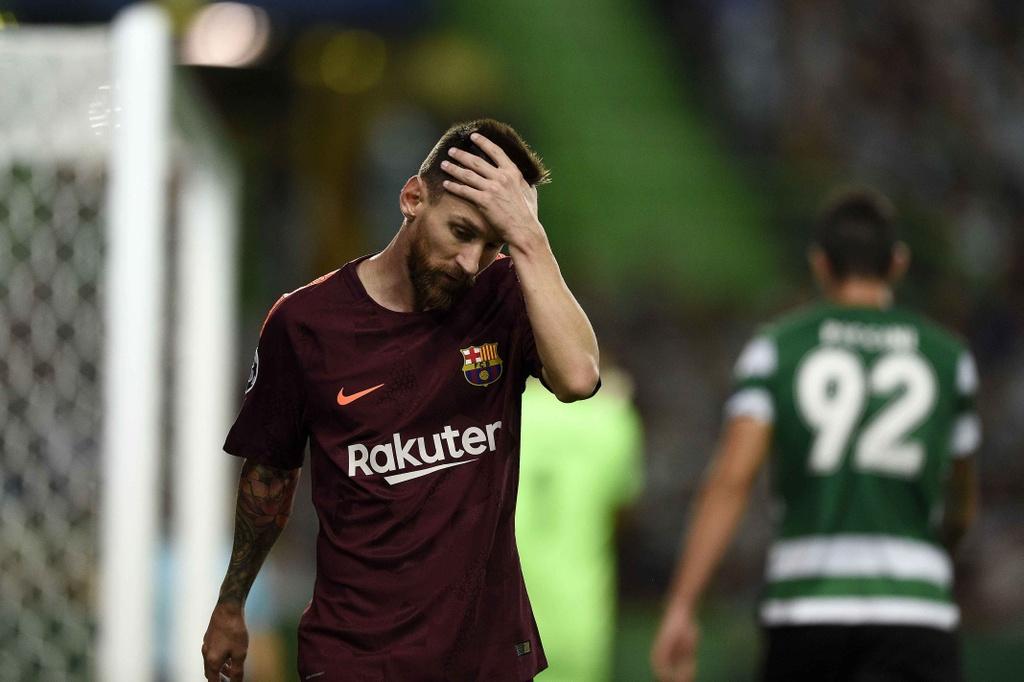 Fan lao vao san hon chan Messi giua tieng ho vang 'Ronaldo' hinh anh 8