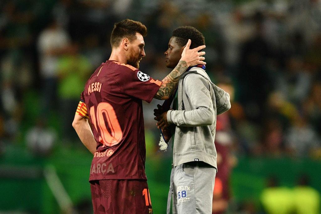 Fan lao vao san hon chan Messi giua tieng ho vang 'Ronaldo' hinh anh 2