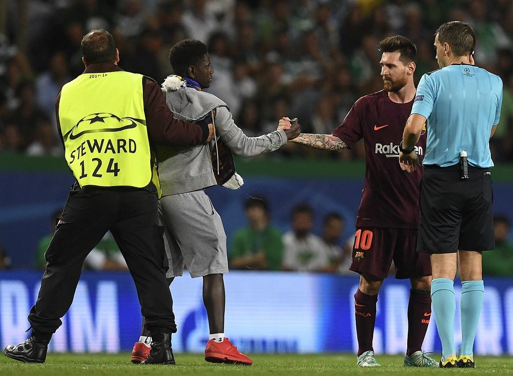 Fan lao vao san hon chan Messi giua tieng ho vang 'Ronaldo' hinh anh 4