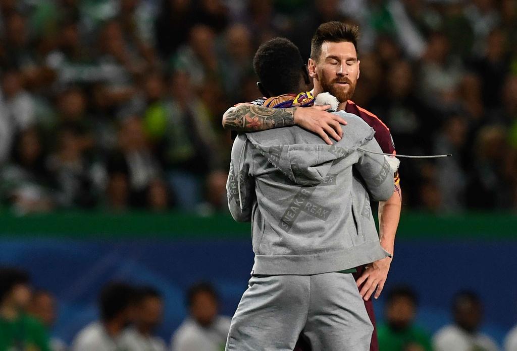 Fan lao vao san hon chan Messi giua tieng ho vang 'Ronaldo' hinh anh 1