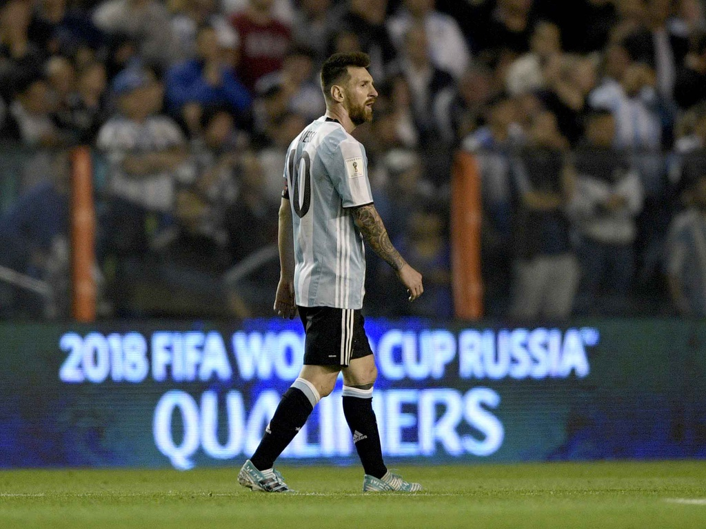 Messi om dau tiec nuoi truoc nguy co ngoi nha xem World Cup hinh anh 4