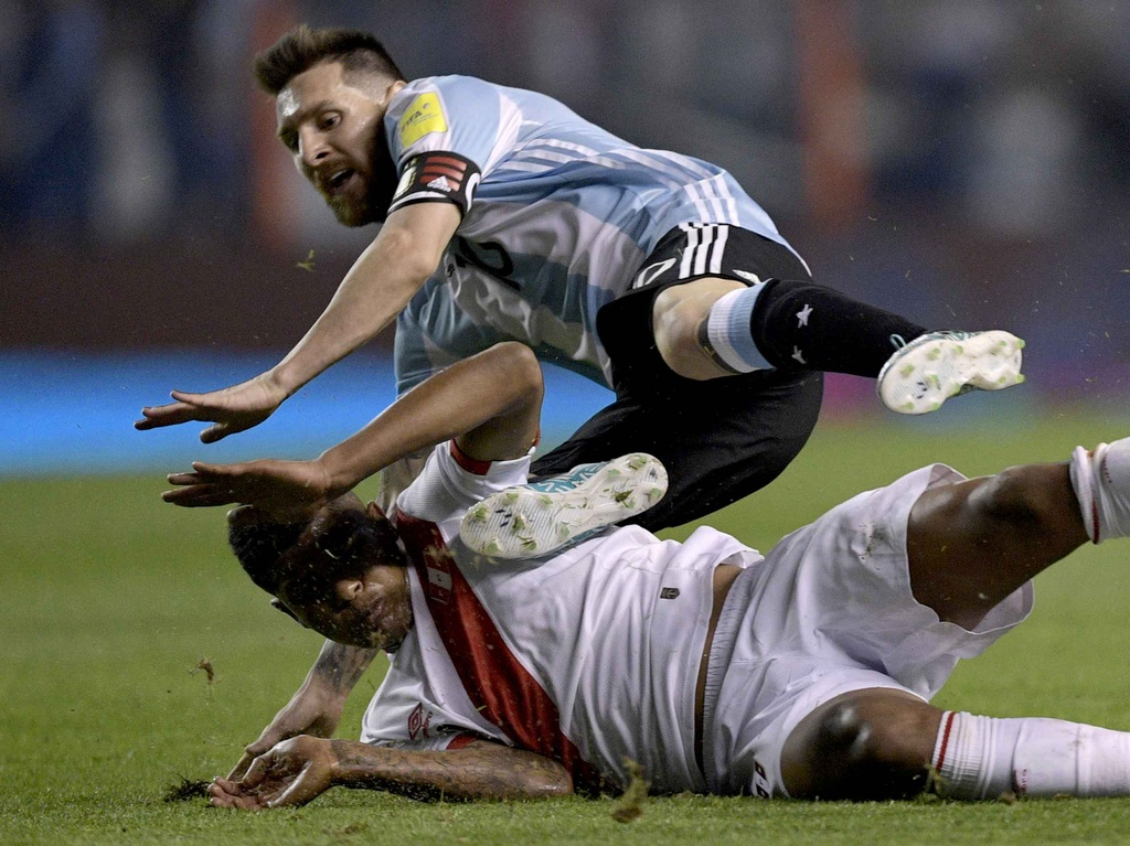 Messi om dau tiec nuoi truoc nguy co ngoi nha xem World Cup hinh anh 8
