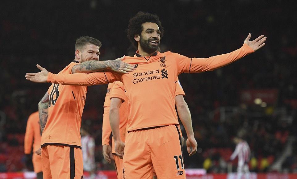 Salah lap cu dup, Liverpool thang dam Stoke de ap sat top 4 hinh anh 1
