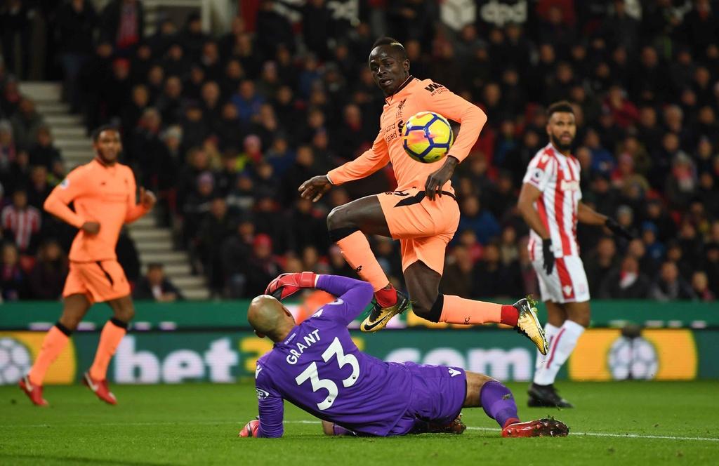 Salah lap cu dup, Liverpool thang dam Stoke de ap sat top 4 hinh anh 5