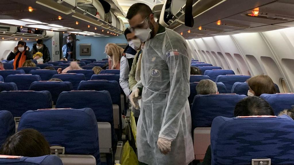 Virus Vu Han de doa thanh tich kinh te cua Tong thong My Donald Trump hinh anh 2 airplane.jpg