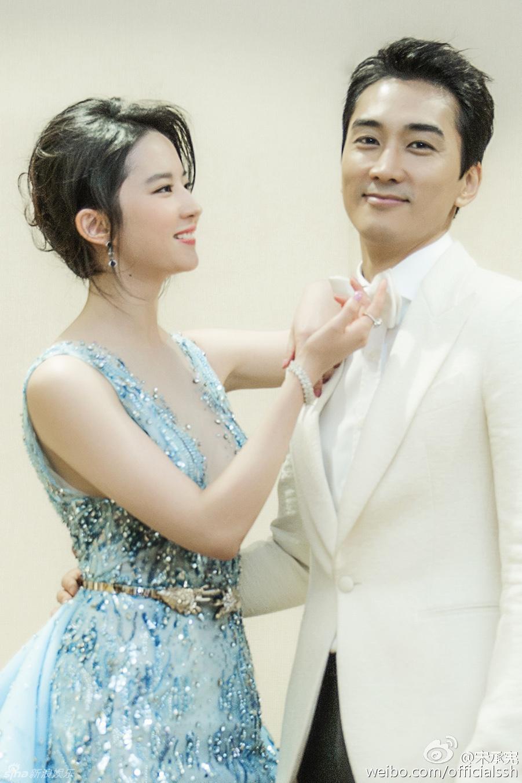 Một người đẹp khác gây bất ngờ trong năm nay là Lưu Diệc Phi và chuyện tình xuyên biên giới với mỹ nam Hàn Song Seung Hun. Cặp đôi nảy sinh tình cảm khi đóng chung trong bộ phim Tình yêu thứ ba và chính thức công khai ngày 5/8 sau khi bị paparazzi bắt gặp hẹn hò ở Bắc Kinh. Tuy nhiên, đúng như phong cách của showbiz Hàn, cả hai gần như không bao giờ xuất hiện cùng nhau. Đây cũng là lý do khiến chuyện tình của Lưu Diệc Phi và Song Seung Hun bị nghi chỉ là chiêu trò quảng bá phim.
