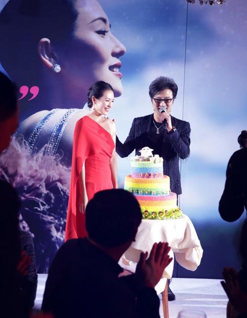 2015 cũng là một năm vui với Chương Tử Di khi cuộc tình nhiều thị phi của cô với rocker Uông Phong cũng có được thành quả. Ngày 7/2, trong tiệc sinh nhật tuổi 36 của Chương Tử Di, Uông Phong đã khiến người tình khóc nghẹn khi bất ngờ quỳ gối cầu hôn. Giữa tháng 8, Chương Tử Di đã tạm ngưng mọi hoạt động để sang Mỹ chờ sinh - dự kiến vào khoảng đầu tháng 12. Truyền thông Trung Quốc khẳng định cặp đôi đã bí mật đăng ký kết hôn vào ngày 29/3 tại Hong Kong.