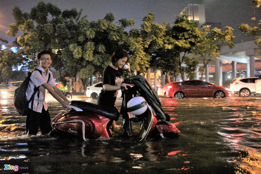 Vì sao đường Nguyễn Hữu Cảnh vẫn ngập dù tốn hơn chục tỷ thuê máy bơm?