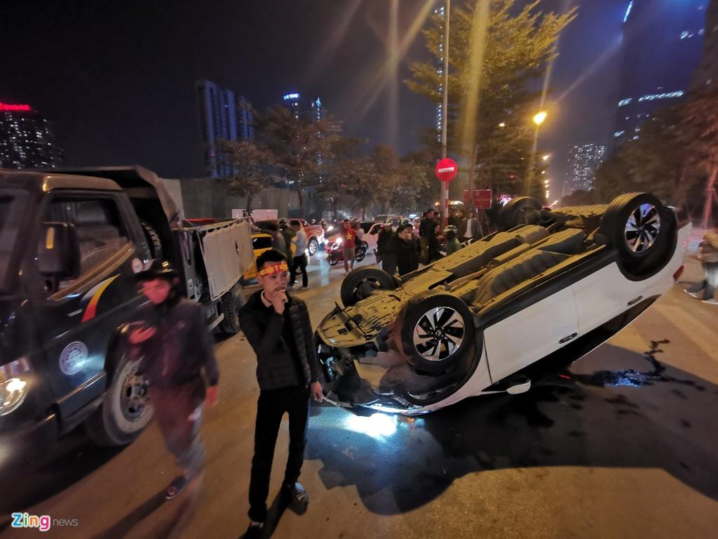 Honda CRV lat ngua giua dong nguoi mung chien thang SEA Games hinh anh 1