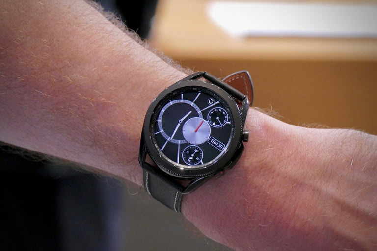 Can canh dong ho Samsung Galaxy Watch3 anh 2