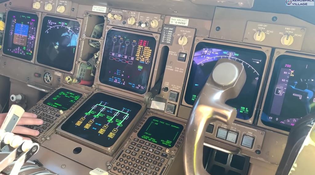 May bay Boeing 747 cap nhat du lieu bang dia mem anh 9