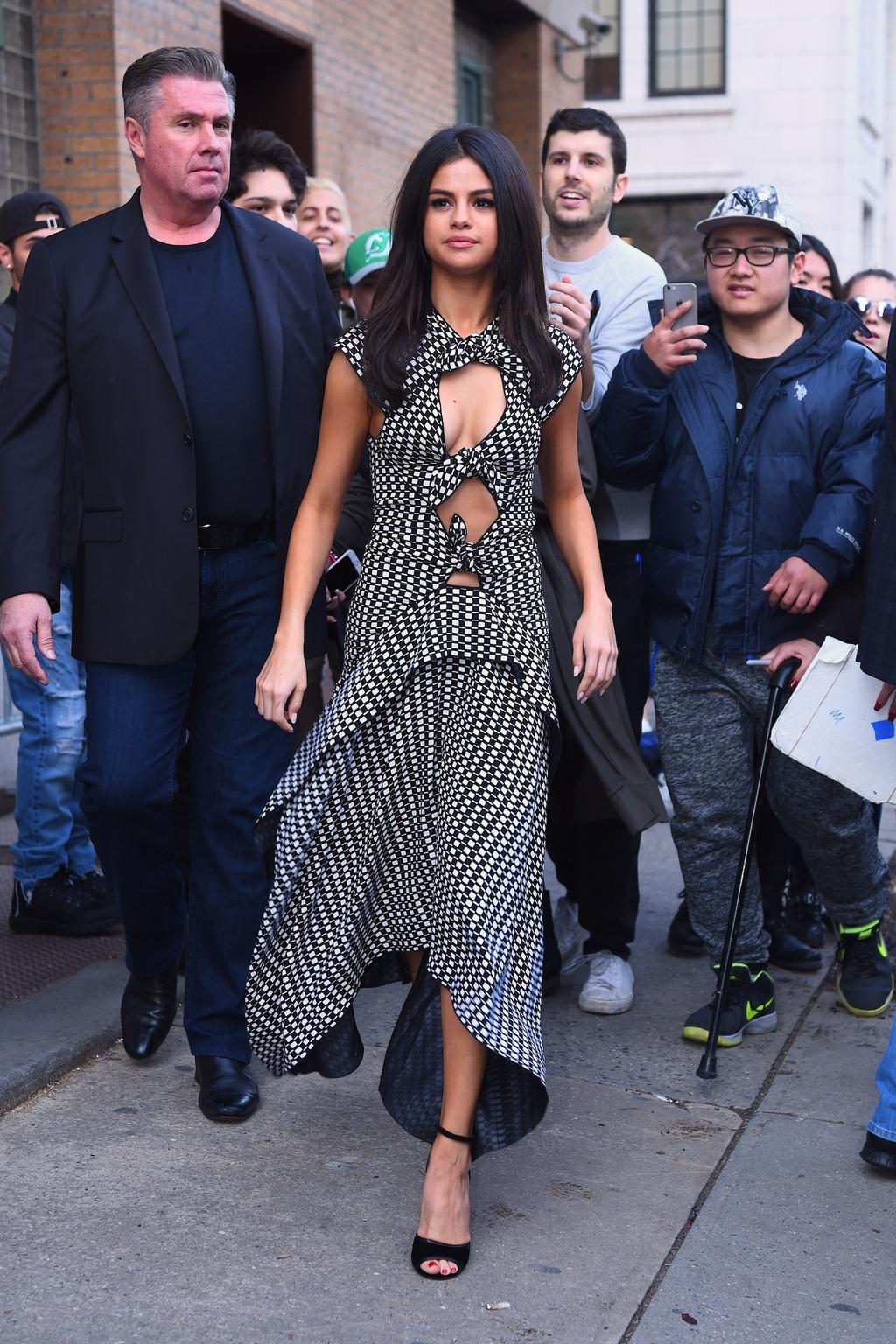 thoi trang qua tung nam cua Selena Gomez anh 16