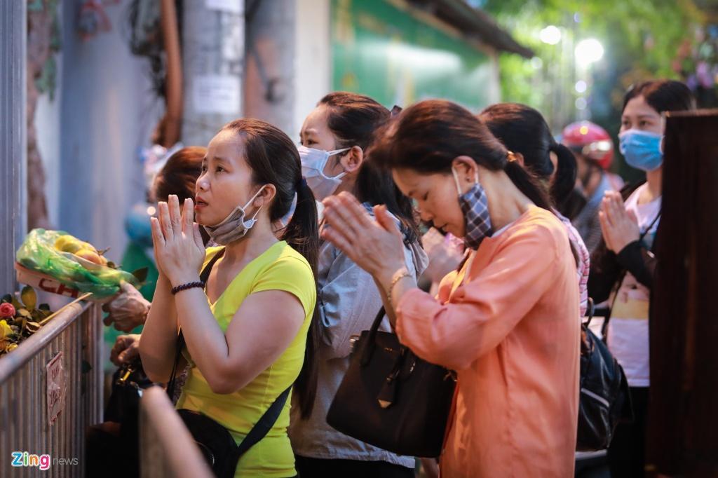 Nguoi dan tran ra duong vai vong truoc phu Tay Ho hinh anh 3 12_zing.jpg