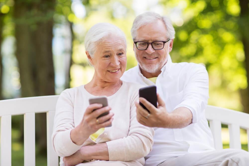 Người già cô đơn ở Mỹ cũng 'quẹt trái, quẹt phải' tìm tình yêu