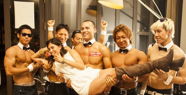 Ben trong quan bar trai dep chuyen phuc vu cac quy ba hinh anh 5 allout-muscles-cafe-tokyo-strippers-3.jpg