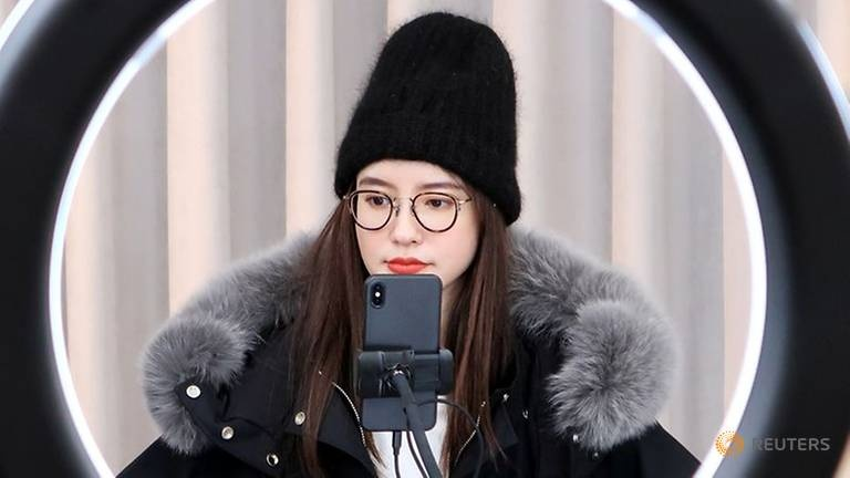 Sao mang Trung Quoc mat quang cao, nhung co them fan nho mua dich hinh anh 1 online-chinese-celebrity-and-store-owner-zhang-dayi-checks-comments-from-viewers-on-a-phone-during-a-live-streaming-session-for--quot-double-12-quot--in-hangzhou-1.jpg