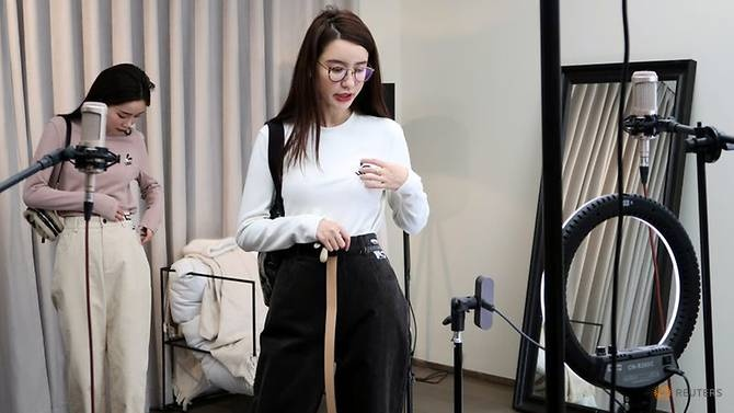 Sao mang Trung Quoc mat quang cao, nhung co them fan nho mua dich hinh anh 5 online-chinese-celebrity-and-store-owner-zhang-dayi-gives-viewers-a-close-up-look-at-her-outfit-during-a-live-streaming-session-for--quot-double-12--6.jpg