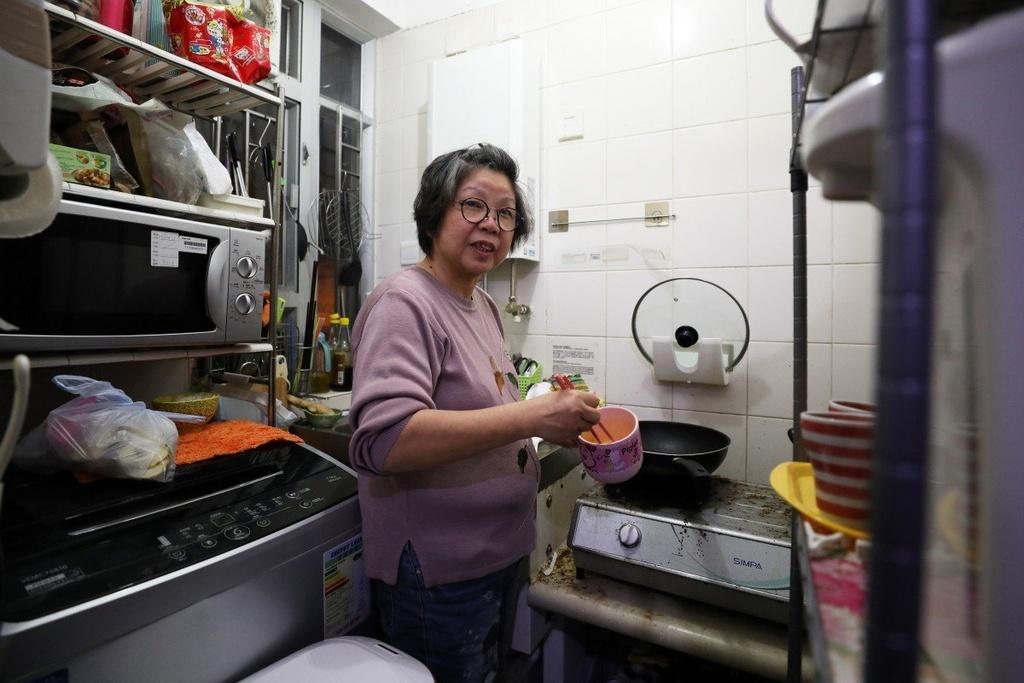 Cuoc song cay dang cua dan ngheo trong long Hong Kong hinh anh 1 v_2evbmbreezv.jpg