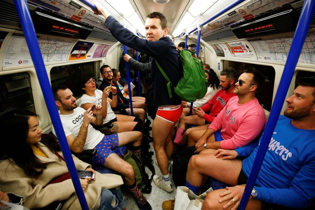 Hang nghin nguoi 'Khong mac quan di tau dien ngam' tren khap the gioi hinh anh 10 no_pants_subway_22.jpg