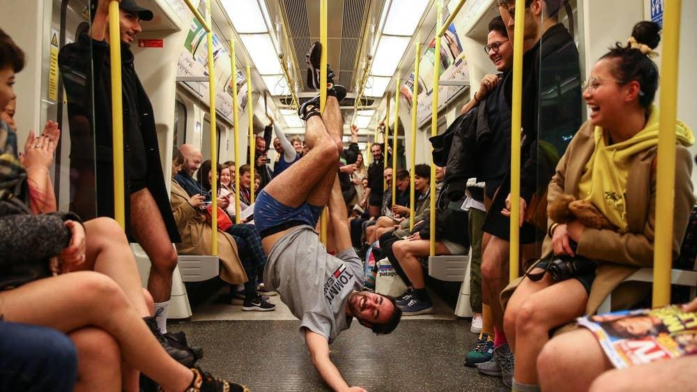 Hang nghin nguoi 'Khong mac quan di tau dien ngam' tren khap the gioi hinh anh 2 no_pants_subway_6.jpg