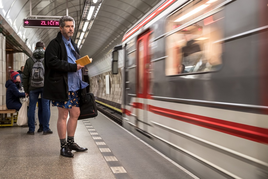 Hang nghin nguoi 'Khong mac quan di tau dien ngam' tren khap the gioi hinh anh 1 no_pants_subway_7.jpg