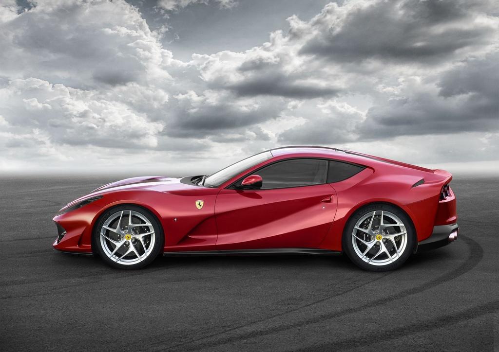 Sieu xe Ferrari 812 Superfast trinh lang anh 2