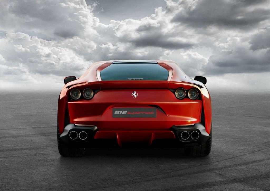 Sieu xe Ferrari 812 Superfast trinh lang anh 3