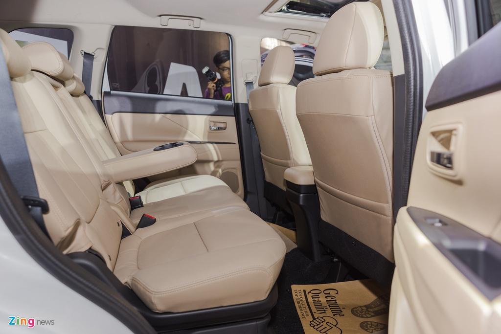 Mitsubishi Outlander lap rap them trang bi, giam gia gan 200 trieu hinh anh 13