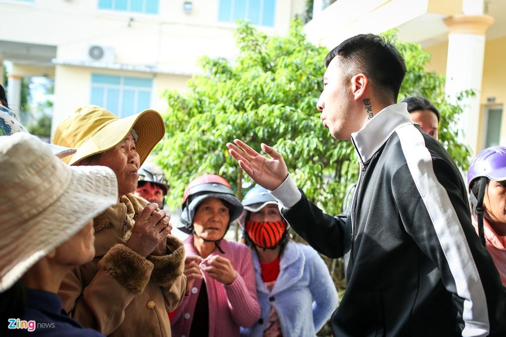 Ai Phuong di trao qua vung bao anh 12