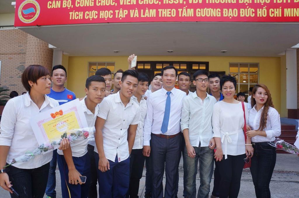 Sinh vien quay kin Hoang Xuan Vinh de chup selfie hinh anh 1