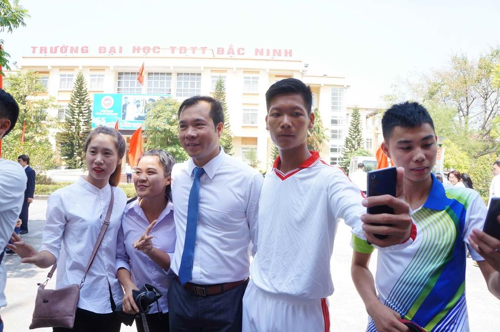 Sinh vien quay kin Hoang Xuan Vinh de chup selfie hinh anh 4