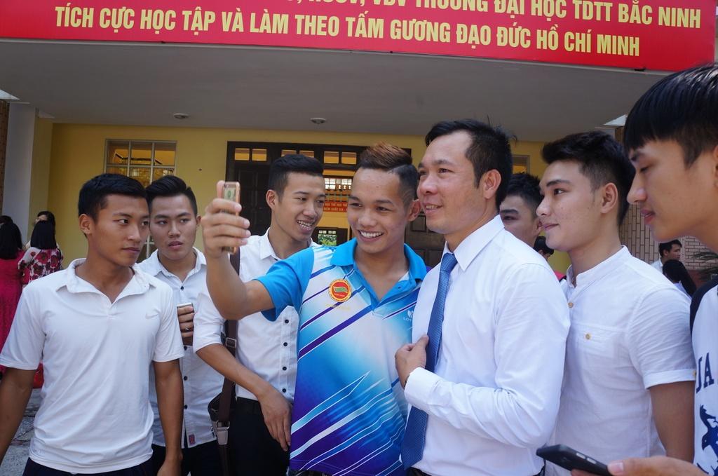 Sinh vien quay kin Hoang Xuan Vinh de chup selfie hinh anh 5