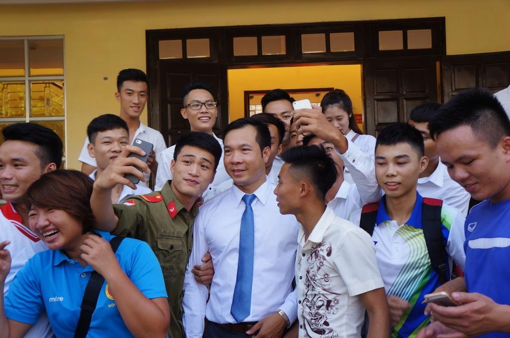 Sinh vien quay kin Hoang Xuan Vinh de chup selfie hinh anh 8