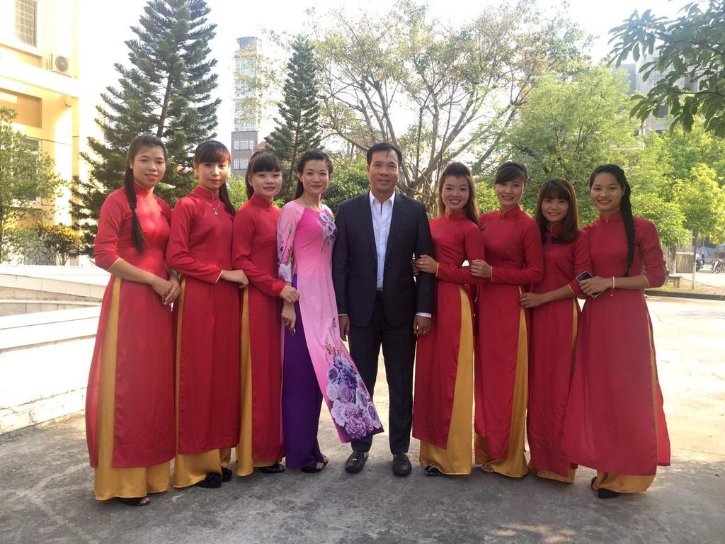 Sinh vien quay kin Hoang Xuan Vinh de chup selfie hinh anh 7