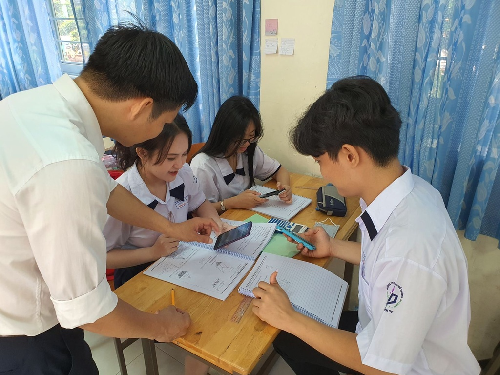 cho phep hoc sinh dung dien thoai trong lop anh 2