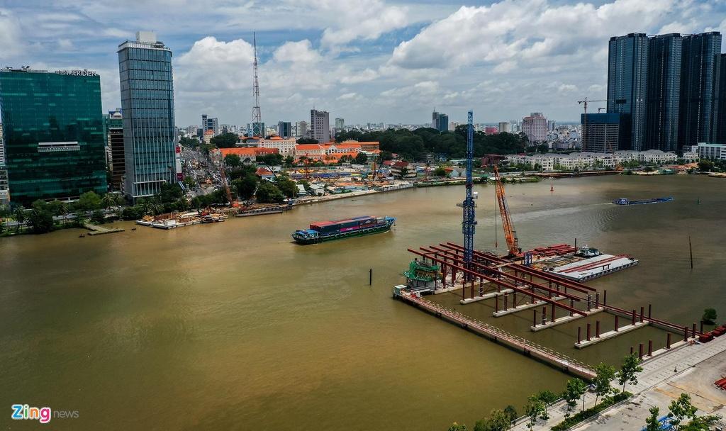 Sau 4 năm khởi công, hiện nhà thầu mới bắt đầu thi công cầu Thủ Thiêm 2 phía đường Tôn Đức Thắng, quận 1. Tuy nhiên, hàng cây cổ thụ trên đường này đã bị chặt hạ và di dời hơn 1 năm nay.