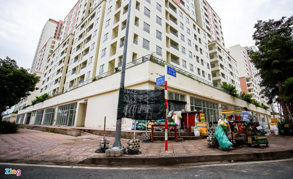 Một số người dân căng bạt tạm bợ để buôn bán trên vỉa hè của khu chung cư đang bỏ hoang. Khách hàng chủ yếu là các công nhân, người lao động làm thuê xung quanh dự án.