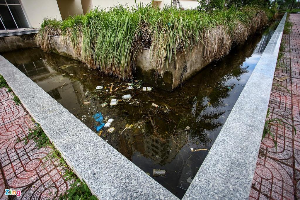 Rác thải nổi lềnh bềnh bốc mùi hôi thối trong khuôn viên dự án.