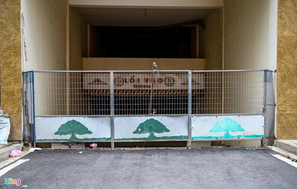 Lối ra vào các tòa chung cư đa phần được rào chắn do chưa có cư dân vào ở.