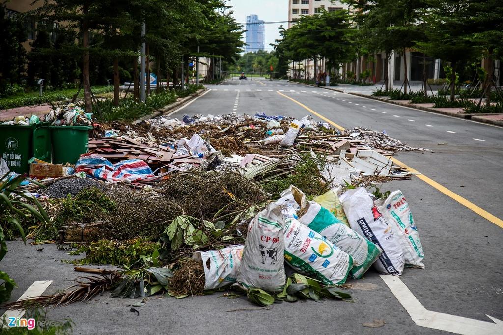 Tại khu vực đường ra vào dự án còn xuất hiện rác thải.