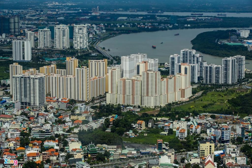Dù đã hoàn thành cơ bản vào năm 2015, đến nay hàng nghìn căn hộ trong khu tái định cư Bình Khánh vẫn chưa có cư dân dọn về ở. Dự án được đầu tư để tái định cư tại chỗ cho các hộ dân thuộc 5 phường trung tâm của Khu đô thị Thủ Thiêm với tổng số 12.500 căn hộ.