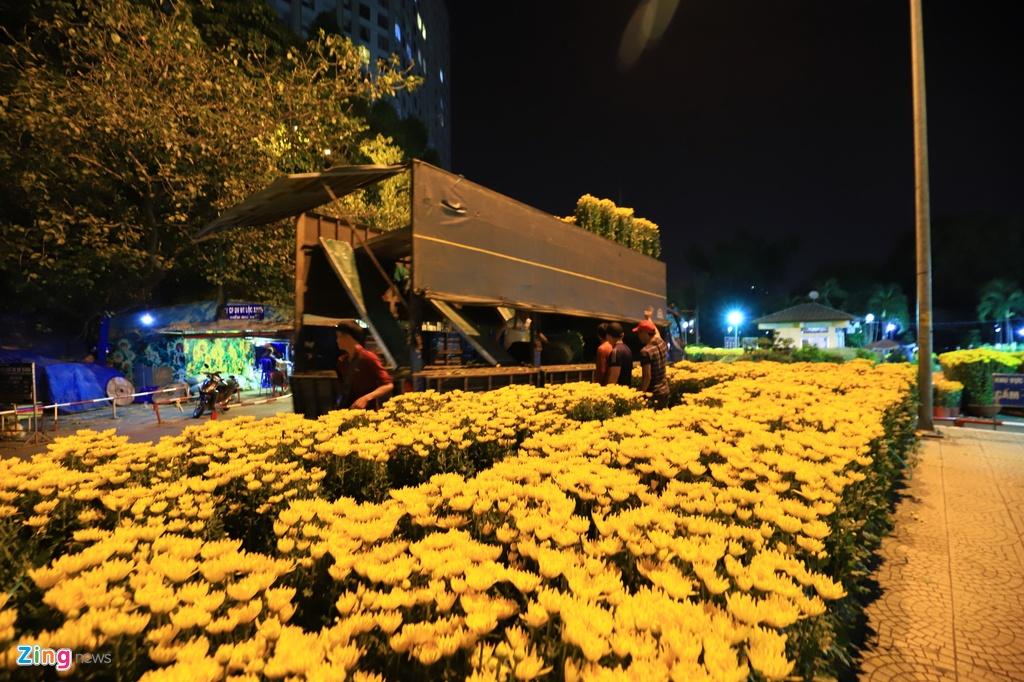 Tieu thuong va vat trang dem canh hoa Tet hinh anh 6 chohoa_zing7_1.JPG