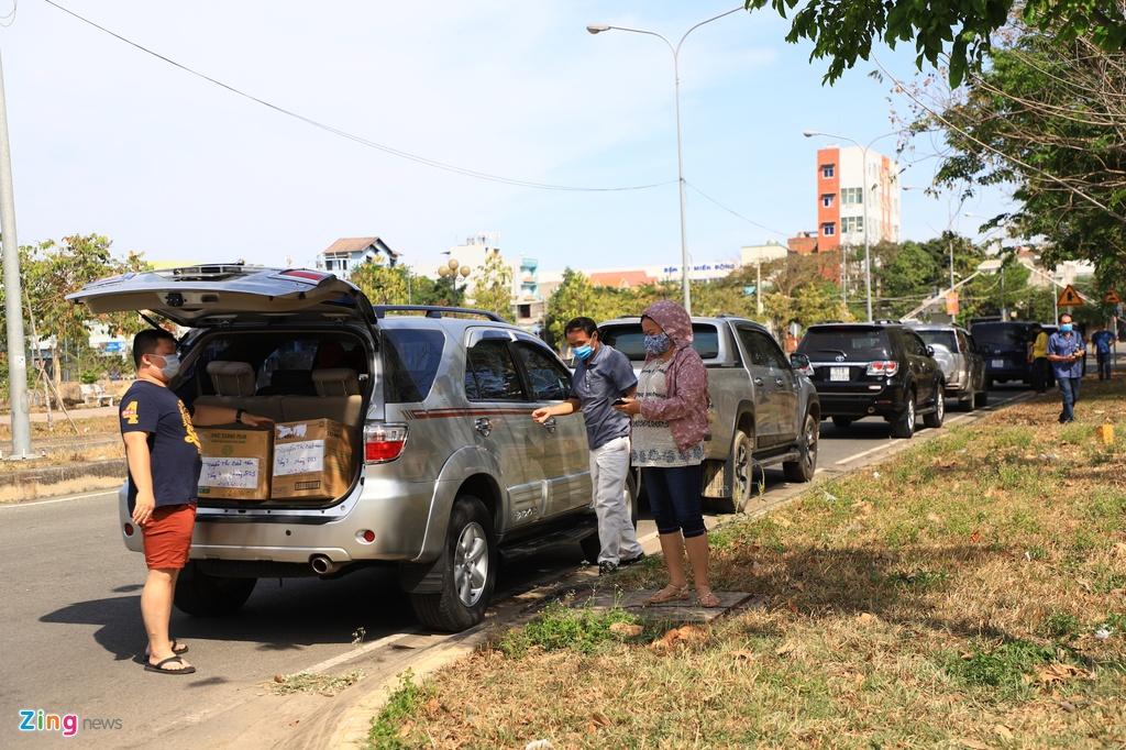Ôtô xếp hàng chờ vào tiếp tế cho người cách ly ở TP.HCM