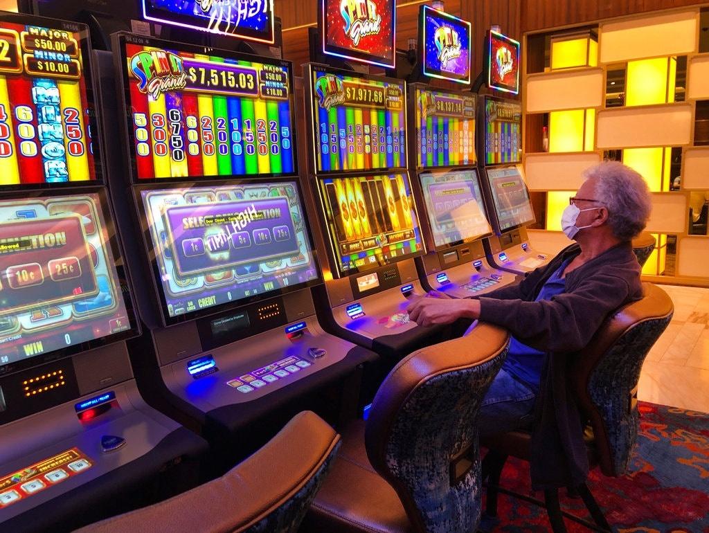 Máy đánh bạc tại Sòng bạc & khách sạn Seminole Hard Rock ở thành phố Hollywood, Florida, vào ngày 20/3, ngày cuối cùng sòng bạc của bộ lạc ở Florida được mở cửa. Ảnh:AP.