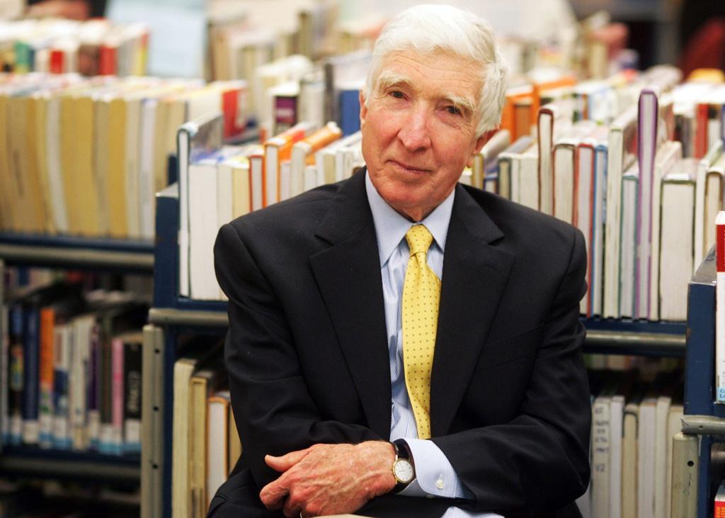 Bon nha van 2 lan nhan giai Pulitzer hinh anh 7 John_Updike_2006.jpg