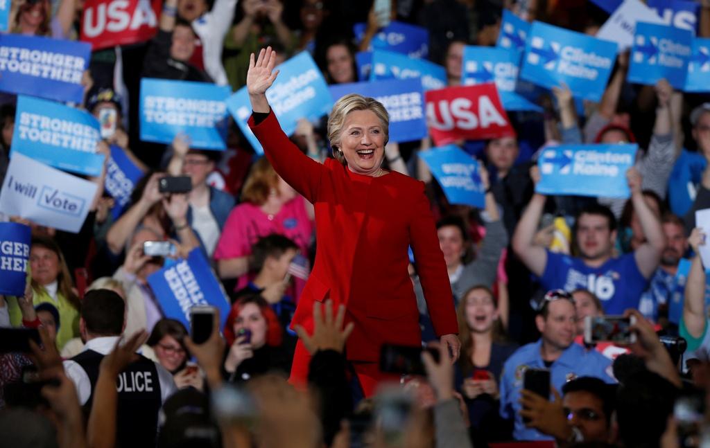 Trump thuc trang dem, Clinton mang 'sao' tranh cu phut cuoi hinh anh 10