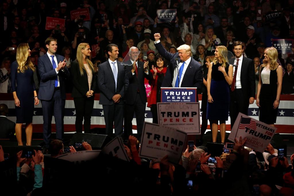 Trump thuc trang dem, Clinton mang 'sao' tranh cu phut cuoi hinh anh 2