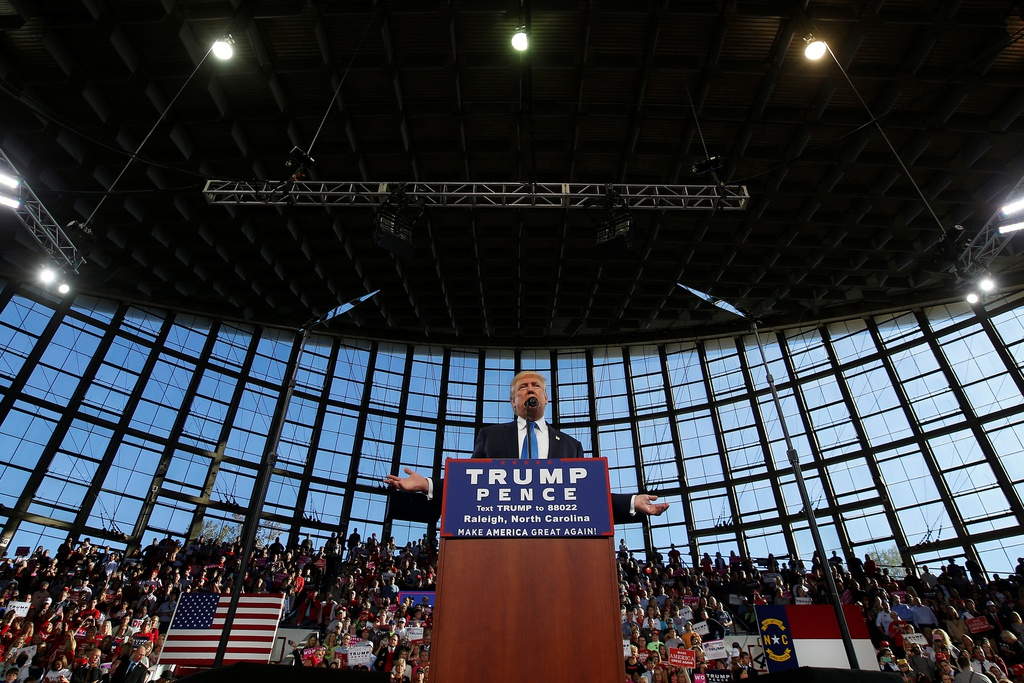 Trump thuc trang dem, Clinton mang 'sao' tranh cu phut cuoi hinh anh 1