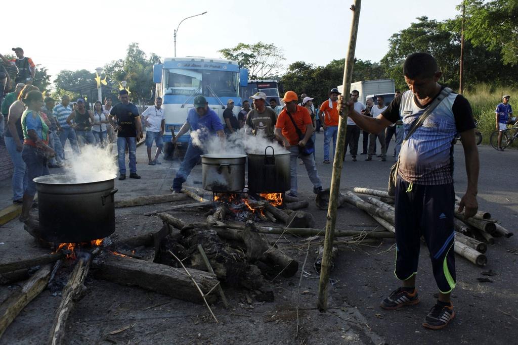 Nguoi Venezuela dot tien de bieu tinh, cuop pha no ra hinh anh 2