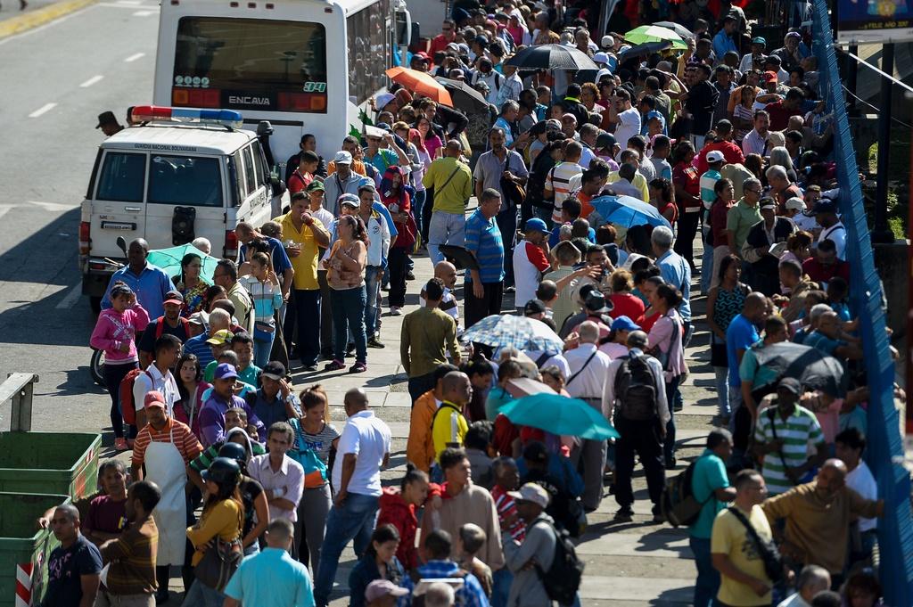 Nguoi Venezuela dot tien de bieu tinh, cuop pha no ra hinh anh 12